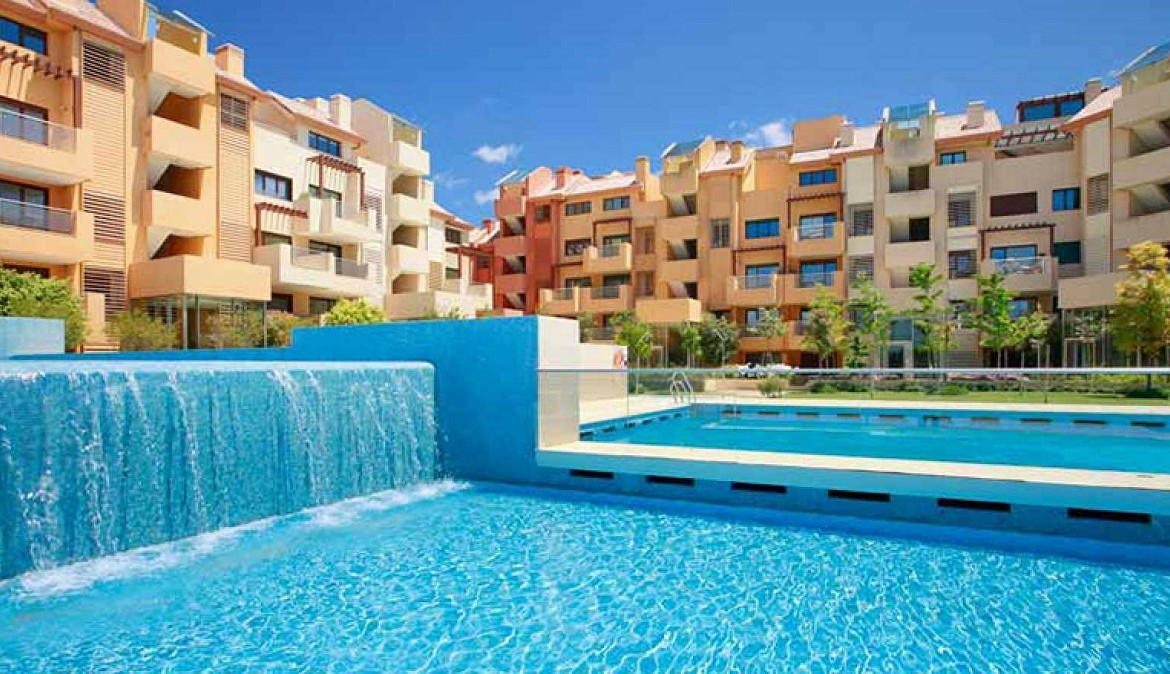 building & pool at New Apartments in Sotogrande Marina